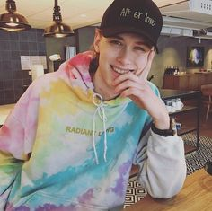 Henrik Holm)) Hey my name's Henrik. Anyway I'm a fun and upbeat guy. My friends are isak and Nora. I'm ready for some fun and to find someone that will have fun with me so come say hi