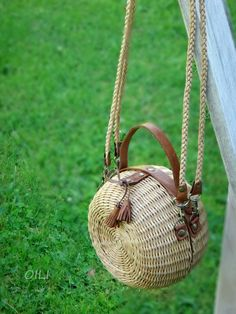 Wicker round handbags (collection, diy) / Bags, clutches, suitcases / SECOND STREET Wooden Bag, Messenger Bag Backpack, Wicker Purse, Boho Bags, Basket Bag, Summer Bags, Leather Design, Vintage Handbags, Bag Making
