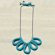 Colar de crochet EMILY na cor verde claro com corrente verde.    A cor da linha e da corrente você pode escolher. É só me informar por mensagem.