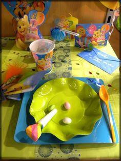 """Table anniversaire pour enfant bleu turquoise et vert anis avec des motifs """"winnie l'ourson"""". Voir d'autres décorations pour tables d'anniversaire sur notre blog : http://www.boutique-jourdefete.com/blog/actualite-des-magasins/idees-de-decoration-de-table/"""
