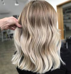 blonde hair goals The Perfect Blonde Balayage Crop Blunt Lob And Summer Blonde Blond Ombre, Ombre Hair Color, Hair Color Balayage, Babylights Hair, Blonde Balayage Highlights, Baylage Blonde, Balayage Lob, Natural Dark Blonde, Dark Blonde Hair