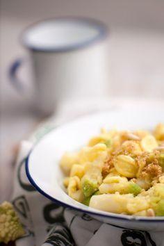 Orecchiette con cavolo romanesco, mollica, zafferano e pinoli
