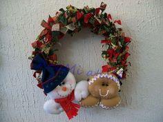 Guirlanda com boneco de neve e ginger em feltro costurados à mão. Guirlanda com lacinhos de tecidos de natal.
