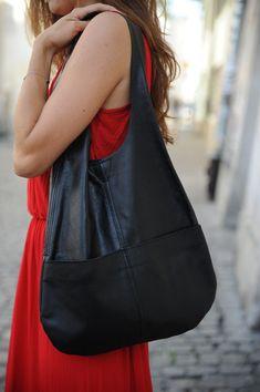Piękna elegancka torebka, szyta ręcznie w małym atelier. Torebka uszyta jest ze skóry naturalnej.  Torba posiada 2 ozdobne kieszonki zewnętrzne. Można ją nosić na 2 sposoby.