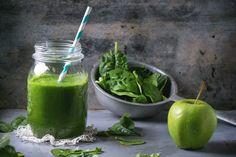 Pulisci il tuo corpo dai metalli pesanti con questo frullato, un concentrato di salute! Ingredienti: 1 tazza di ananas- 1 mela verde- 1 limone- 1 cucchiaio di Clorella Bio Forlive- 1 manciata di spinaci- 1 manciata di foglie di cavolo- 1 cucchiaio di olio extravergine- 1 cucchiaio di Miele di Corbezzolo Forlive- 1 pezzetto di Zenzero Candito Forlive- 2 tazze di acqua di cocco