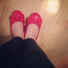 I couldn't resist these $5 holiday ballet flats for #babyblogger today at @rossdressforless