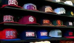 Étagère remplis de casquette obey