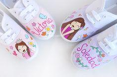 Buenos días!! Para hacer honor al mes de las flores os dejamos las zapatillas de hoy, en tonos malva y rosa, y como no repletas de flores y ... Decorated Shoes, Painted Shoes, New Shoes, Diy Fashion, Sewing Crafts, Baby Shoes, Arts And Crafts, Hand Painted, My Style