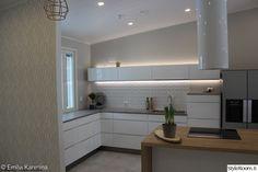 moderni,keittiö,skandinaavinen,liesituuletin,keittiön kaapit Decor, Decorating Blogs, Interior, Kitchen Cabinets, Cabinet, Scandinavian Home, Kitchen, Sweet Home, Interior Design