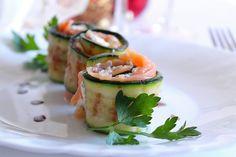Gli involtini di zucchine con salmone affumicato e philadelphia alla olive è un antipasto molto facile e veloce da preparare, ideale da preparare in poco tempo e per occasioni anche raffinate. Ecco la ricetta