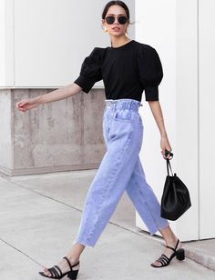 Black blouse with balloon sleeves + jeans mom + black sandals = the right mix (photo . Mode Outfits, Casual Outfits, Fashion Outfits, Fashion Trends, Style Fashion, Street Style Summer, Street Style Women, Street Styles, Daily Fashion