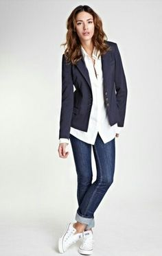 Associer un blazer bleu marine avec un jean skinny bleu marine est une option co… Pairing a navy blazer with navy skinny jeans is a comfortable option for running errands in the city. A pair of white low top sneakers will contrast the rest of the look. Blazer Outfits Casual, Blazer Outfits For Women, Smart Casual Outfit, Work Casual, Casual Chic, Women Blazer, Dress Casual, Casual Fridays, Jeans Women