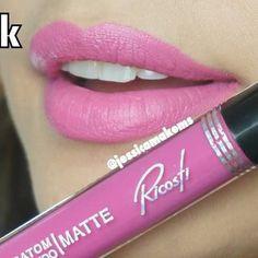 Chega de gastar dinheiro com maquiadoras. Aprenda a se maquiar de forma profissional, mais informações clique no pin. Waterproof Lipstick, Lip Gloss Colors, Make Up, Cosmetics, Hannah Montana, Beauty, How To Make Up, Gorgeous Makeup, Makeup Course