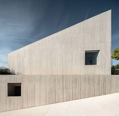 A modern and minimalist villa situated on a hillside property in Pamplona, Spain. The team of Pereda Pérez Arquitectos has designed this modern home in Gothic Style Architecture, Minimal Architecture, Interior Architecture, Concrete Architecture, Floor Plants, Spanish House, Building A House, Modern Design, Villa