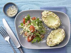 körnige Beilage zur buttrig-weichen Frucht: Avocado mit Mandelkruste - und Bulgur-Tomaten-Salat - smarter - Kalorien: 559 Kcal - Zeit: 20 Min. | eatsmarter.de