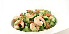 Komkommer zeewiersalade met grote garnalen