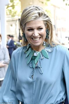 Dressed in a balloon-sleeved sky blue blouse she slipped it into a pair of navy wide-legged trousers and teamed it with navy heels. Royal Fashion, Fashion Over, Stylish Older Women, Maxi Collar, Navy Heels, Estilo Real, Queen Maxima, Blue Blouse, Celebs