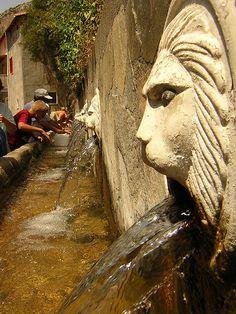 En Roma, los acueductos todavía alimentan el sistema de agua. abasteciendo a todas las fuentes de cristalina agua de las montañas.
