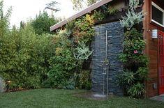 Gartendusche an der Natursteinwand montieren