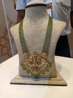 Antique Jewellery Designs, Beaded Jewelry Designs, Gold Jewellery Design, Pearl Necklace Designs, Gold Earrings Designs, Gold Necklace, Indian Wedding Jewelry, Bridal Jewelry, Emerald Jewelry