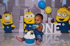 MINION YELLOW AND BLUE CAKE SMASH PHOTOS