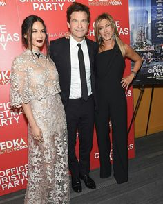 #OliviaMunn, #JasonBateman and #JenniferAniston stepped out for a screening of #OfficeChristmasParty in NYC last night! Olivia wore #ReemAcra • • • • • • • • • • • • • • • • • • • • • • • • • • • • • • #OliviaMunn, #JasonBateman e #JenniferAniston sairam para uma exibição de #OfficeChristmasParty em NYC ontem à noite! Olivia usava #ReemAcra
