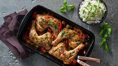 Pečená kuřecí stehna s paprikami, cibulí a olivami