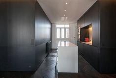 HABITATION / aménagement appartement / noir et blanc / cuisine  / parquet chevron noir / Architecture Intérieure MAYELLE / Photographie Pierre