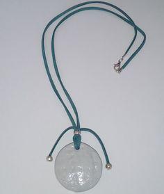 """HalsSchmuck  """"WHITE PATTERN""""  Nr. 251 - ein UNIKAT.  Das grüne Wildlederhalsband mit den abschliessenden silbernen Perlen ist 60 cm lang. Das handgefertigte weiss-graue Medaillon hat einen Durchmesser von 4 cm Green Suede, White Patterns, Beads, Diamond, Pendant, Unique, Silver, Leather, Gifts"""