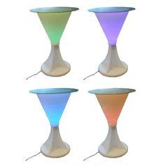 LED licht tafel 116 cm groot. Ronde hoge tafel van plastic materiaal met een diameter van 80 cm. Met LED licht dat van kleur verandert. Via stekker aan te sluiten op elektriciteit.