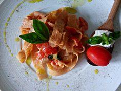La pasta al pomodoro, basilico e ricotta è un piatto fresco tipicamente estivo ottimo per un'alimentazione vegetariana. da provare varie ricotte)