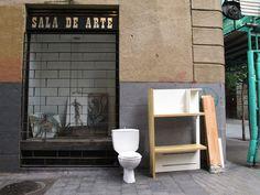 Homenaje a Duchamp en las calles de Madrid : Fue Marcel el que reinvento al arte contemporaneo... otros han reintentado las formas de deconstruir los estados de derechos. Los derechos Humanos se van por el wc cuando a la oligarquía mundial le conviene. Aunque ayer fue un buen día para la Democracia en España... Tenemos una Constitución, esta tiene el capitulo 2 y el artículo 14 que dice:  CAPÍTULO II.  DERECHOS Y LIBERTADES.  Artículo 14.    Los espa