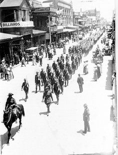 PRG A military procession in Rundle Street moving east, with part of the procession behind moving down Hindley Street towards the King William Street corner, Adelaide, South Australia, WWI. Ww1 History, Military History, Adelaide South Australia, Williams Street, World War One, American Civil War, Wwi, Old Photos, Paris Skyline
