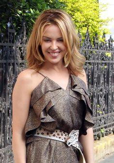 SITES DE KYLIE MINOGUE | Kylie Minogue pose dans les rues de Londres