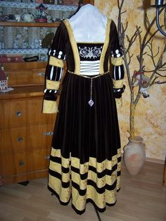 biberbaer - A German costumer with an absolutely delicious gallery of German Renaissance and medieval garb, including this amazing chocolate brown and yellow Cranach gown. YUM!!