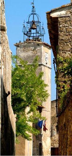 """Près de """"La Maison de la truffe et du vin"""" - 1 Place Horloge, Ménerbes, France."""