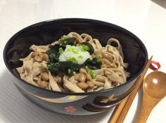Cold home made whole wheat udon noodles. Topped with natto, wakame seaweed, grated daikon radish and udon soup! Great meal on a hot day! 冷やし自家製うどん(全粒粉入り)。納豆、ワカメ、大根おろしをのせてうどん汁をかけていただきます。