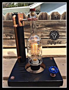 (ORDEN ESPECIAL) De Fifty1st viene otra pieza Sazerac. Esta lámpara de mesa cuenta con una madera de base, madera reciclada y construcción de tubo de cobre, un 60 vatios bombilla de Edison, reclamado botella Sazerac Rye y y un completamente funcional atenuador de la válvula de agua! (ORDEN ESPECIAL) Permite 5-10 días laborales Características: • Reciclado madera sólida base • Tuberías de cobre • 60 vatios bombilla de Edison (incluida) • 3/4 de agua de latón atenuador encendido de la…