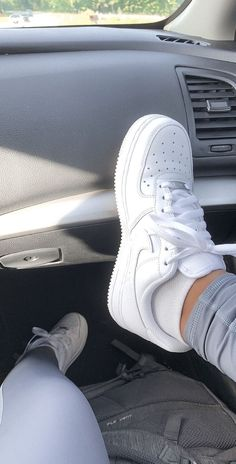 Learn how to clean white sneakers (Click in photo to watch). White Nike Shoes, White Nikes, White Converse Outfits, Black Vans, Cute Sneakers, Shoes Sneakers, Sneakers Urban, Adidas Sneakers, Mode Instagram