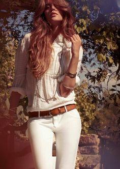 Pantaloni bianchi blusa romantica