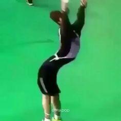 I'm sorry, Jin Hahahahah Bts Funny Videos, Bts Memes Hilarious, Funny Video Memes, Bts Taehyung, Bts Jimin, Bts Bangtan Boy, Kpop Gifs, Bts Dancing, Vkook Memes