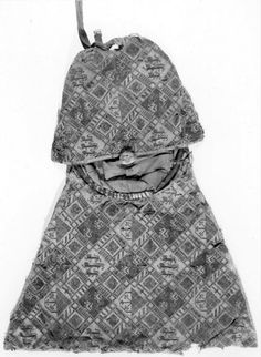 1291 - 1310 hoogte: 30 cm breedte: 43 cm Description:  Wollen weefsel met borduurwerk in zijde- en gouddraad (platsteek) ; de achterzijde, keper 4 damast (China, einde 13de-begin 14de eeuw). Zie gouache van deze beurs KIK n) 10053758 ( J. Helbig, einde 19de eeuw). Tentoonstelling catalogus (1988): cat. nr. 35.