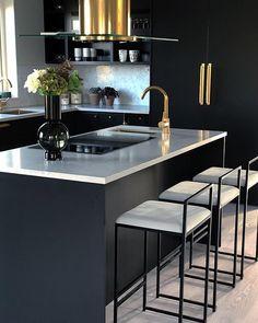 Hemma hos @fannyschylander  får sobert svart möta blank mässing. Så snyggt, eller hur?! 😍👏👌 Kitchen Decor, Kitchen Inspirations, Interior Design Kitchen, Home Decor Kitchen, Spacious Kitchens, House Interior, Modern Kitchen Design, Kitchen Layout, Home Decor