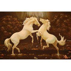 Прекрасная авторская картина, выполненная в технике янтарной росписи, с изображением пары гарцующих белых лошадей на берегу реки, усыпанном фрагментами янтаря. Верность, любовь, грация и красота – все символы счастья. Белые лошади находятся в янтарной теплой ауре, которая будет сиять практичес