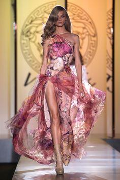 Paris Fall Haute Couture Glam or gory? - Paris Fall Haute Couture Versace – Love it! Beautiful Evening Gowns, Beautiful Dresses, Evening Dresses, Elegant Dresses, Sexy Dresses, Fashion Dresses, Runway Fashion, High Fashion, Fashion Show