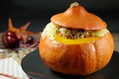 Eins meiner liebsten Herbst-Rezepte ist gefüllter Kürbis mit Hackfleisch und Lauch. Butterweiches Kürbisfleisch mit herzhafter Füllung.