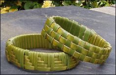 flax wristband Flax Weaving, Weaving Art, Weaving Patterns, Basket Weaving, Card Weaving, Crochet Patterns, Palm Frond Art, Palm Fronds, Waitangi Day