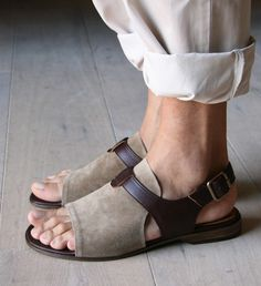 Chie Mihara shoes, sandals, blocs and boots. Buy now original, feminine footwear. Designer shoes of maximum comfort! Brown Sandals, Flat Sandals, Leather Sandals, Ankle Snow Boots, How To Make Shoes, Sandals For Sale, Leather Men, Suede Leather, Fashion Shoes