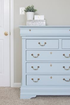 Blue Dresser Makeover mit Fusion Mineral Little Whale - Baby Zimmer Möbel Diy Furniture Dresser, Diy Nursery Furniture, Painted Bedroom Furniture, Blue Furniture, Bedroom Dressers, Refurbished Furniture, Dresser As Nightstand, Repurposed Furniture, Cheap Furniture