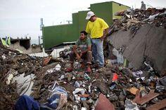 Roberto Ganchoso, sentado sobre escombros, recibe consuelo de un vecino mientras observa la demolición de un hotel contiguo a su propiedad en Pedernales, Ecuador, el sábado 23 de abril de 2016. La cifra de muertos a causa del devastador terremoto de magnitud 7,8 ocurrido la semana pasada en Ecuador aumentó a 654 y hay otros 58 desaparecidos, informó el gobierno el sábado. (AP Foto/Rodrigo Abd)